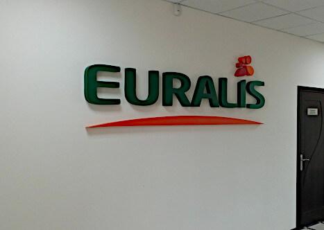 Фото рекламной вывески это интерьерные буквы что является логотипом компании
